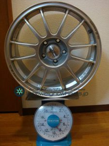 OZ SUPER LEGGERA 17inch 8J offset+35mm PCD114.3mm-5H 重量計測画像